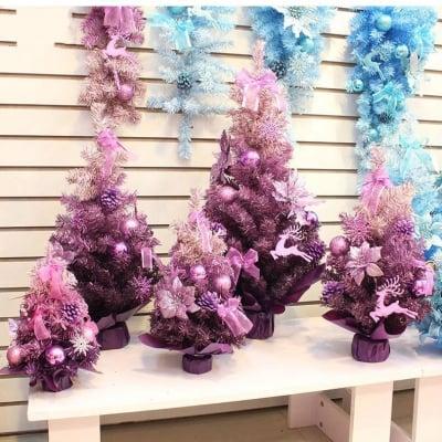 Коледна елха с украса в три цвята