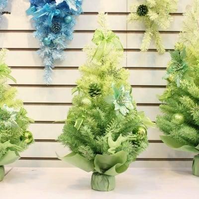 Коледна елха с украса в два цвята